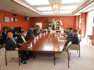 林大臣と協議 岩澤補佐官は手前左  (農林水産大臣室)